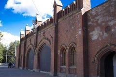 Bakgrund gammal fästning för röd tegelsten på blå himmel background6 fotografering för bildbyråer