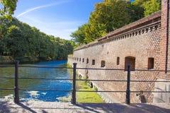Bakgrund gammal fästning för röd tegelsten på blå himmel background2 royaltyfri foto