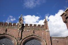 Bakgrund gammal fästning för röd tegelsten på blå himmel background2 royaltyfria foton