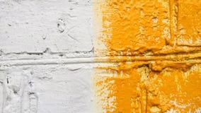 Bakgrund Gammal tegelstenvägg av Byggande Vit och guling kulör facade Arkivbild