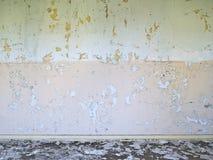 Bakgrund gammalt som ridas ut, hårdnar, väggen, däckar, rött, gräsplan Arkivbild