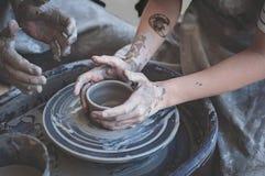 bakgrund hands fotowhitekvinnor Pilla på arbete Skapa disk Hjul för keramiker` s Smutsiga händer i leran och keramiker`en s rulla Royaltyfri Fotografi