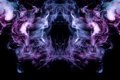 Bakgrund i form av en modell av kulör blå och rosa rök i formen av ett hål som är liknande till en mystisk spöke eller royaltyfri bild