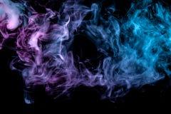 Bakgrund i form av en modell av kulör blå och rosa rök i formen av ett hål som är liknande till en mystisk spöke eller royaltyfri fotografi