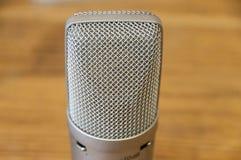 bakgrund isolerad mikrofonstudiowhite Arkivfoton