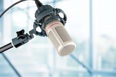 bakgrund isolerad mikrofonstudiowhite Arkivfoto