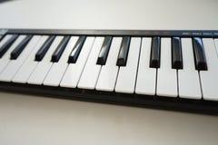 bakgrund isolerad tangentbordmidi white Royaltyfria Bilder