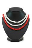 bakgrund isolerade halsband pryder med pärlor white Fotografering för Bildbyråer