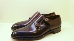 bakgrund isolerade vita skor för skuggor för lädermanobjekt Arkivfoto