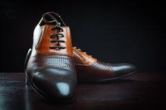 bakgrund isolerade vita skor för skuggor för lädermanobjekt Arkivbilder
