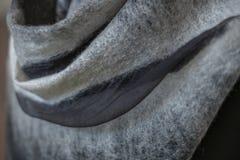 Bakgrund klädde med filt för att drapera svart grått dekorativt, design, royaltyfria foton