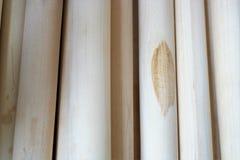 Bakgrund - långsträckta cylindriska workpieces som göras av trä Arkivfoto