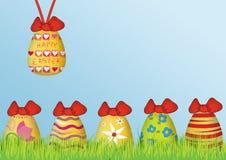 Bakgrund: Lycklig påsk med kulöra ägg Arkivbilder