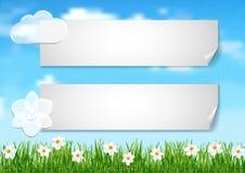Bakgrund med blå himmel, vita moln avslutar vita blommor på gree Royaltyfri Foto