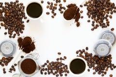 Bakgrund med blandat kaffe: koppar av espresso, kaffebönor, pulver och kapslar Fotografering för Bildbyråer