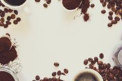 Bakgrund med blandat kaffe: koppar av espresso, kaffebönor, pulver och kapslar på vit bakgrund Royaltyfria Foton