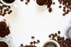 Bakgrund med blandat kaffe: koppar av espresso, kaffebönor, pulver och kapslar på vit bakgrund Arkivfoton