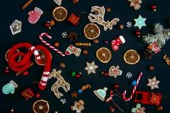 Bakgrund med bollar, julkakor, snöflingor och apelsiner Royaltyfria Foton