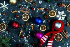 Bakgrund med bollar, snöflingor och apelsiner Arkivfoton