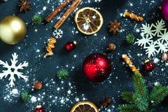 Bakgrund med bollar, snöflingor och apelsiner Arkivfoto