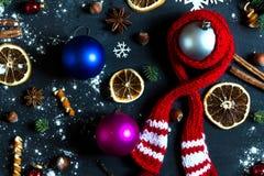 Bakgrund med bollar, snöflingor och apelsiner Royaltyfria Foton