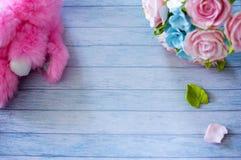 Bakgrund med bräden med en bukett av delikata blommor och flotta rosa färger oavbrutet tjata arkivbilder