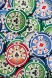 Bakgrund med bunten för pokerchiper på den gröna tabellen royaltyfri foto
