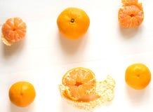 Bakgrund med citruns, tangerin Tangerin på en vit träbakgrund copyspacebaner Bas för ett baner med royaltyfri bild