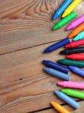 Bakgrund med crayons Arkivfoto
