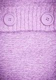 Bakgrund med den stack lila tröjan Arkivfoto