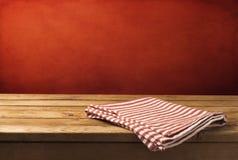 Bakgrund med den trätabellen och tableclothen Royaltyfri Foto