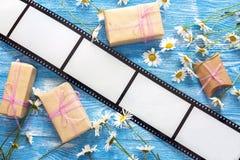 Bakgrund med en ram i form av en film, gåvaaskar och ch royaltyfri fotografi