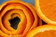 Bakgrund med fruktcitruns en apelsin och skalar eller stycken av tangerin Ny frig?rare formad om dollarsedel arkivfoto