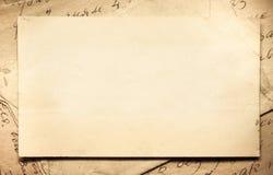 Bakgrund med gamla legitimationshandlingar och bokstäver Arkivbild