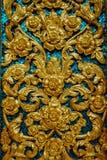 Bakgrund med guld- blommor och den blåa mosaiken Royaltyfri Fotografi