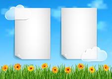 Bakgrund med himmel, moln, gräs, gerbera blommar Arkivfoto