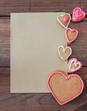 Bakgrund med hjärtaform och hemlagade kakor för valentin med utrymme för text Arkivbild