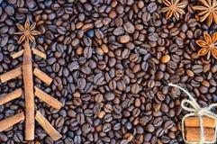 Bakgrund med kaffe Bästa sikt av grillat och malt kaffe till en hel unground bakgrund för kaffebönor Arkivfoton
