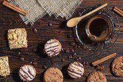 Bakgrund med kakor och kaffe Arkivfoto