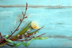 Bakgrund med ljus - gula tulpan på det blåa träskrivbordet Påsk moder` s, valentin, dag för kvinna` s Bästa sikt med kopian Arkivbild