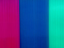 Bakgrund med mångfärgade polycarbonateplattor Arkivfoto