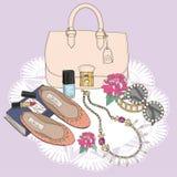 Bakgrund med makeup och blommor för doft för smycken för påsesolglasögonskor Bakgrund med påsen, solglasögon, skor Fotografering för Bildbyråer