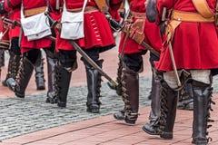 Bakgrund med medeltida soldater på marschen Royaltyfri Fotografi