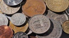 Bakgrund med metallmynt av olika länder arkivfoton