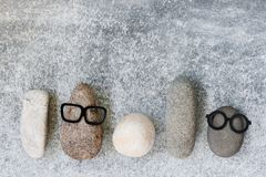 Bakgrund med olika roliga tecken av stenar på grå färgerna t Royaltyfri Bild