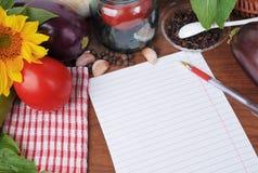 Bakgrund med papper och en uppsättning av grönsaker Royaltyfri Bild