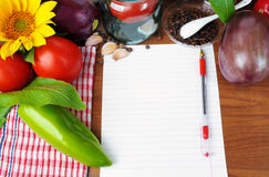Bakgrund med papper och en uppsättning av grönsaker Arkivbilder