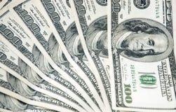 Bakgrund med pengaramerikan hundra dollarräkningar Arkivfoto
