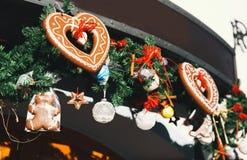 Bakgrund med pepparkakor på julen marknadsför i Europa Royaltyfria Bilder