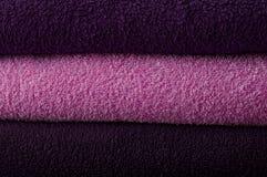 Bakgrund med purpurfärgade handdukar fotografering för bildbyråer